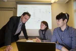 """Sentrale aktører i """"Kald CO2-fangst""""-prosjektet diskuterer resultatene. Fra venstre: sjefforsker Petter Nekså, forsker Kristin Jordal og sivilingeniør David Berstad, alle SINTEF Energi. Foto: SINTEF / Thor Nielsen"""