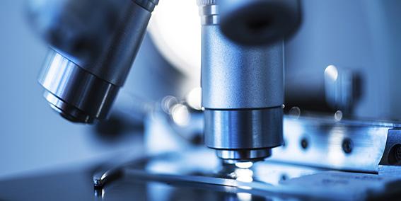 Bildet viser et mikroskop. Øyvind Kvammen skal studere parkinsonprøver.
