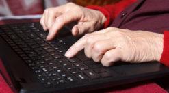 Gammel person med datamaskin