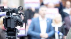 Kamera rettet mot politiker blant folk