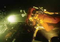 Nordsjø-dykkerne har en tøff jobb på havbunnen. I tillegg må de slite med bakterier i arbeidsmiljøet som gir dem hud- og øreinfeksjoner. Foto: Utlånt fra Stolt Offshore