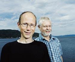 AKUSTISK LINK: Tor Arne Reinen (foran) og Knut Grythe fra SINTEF IKT jobber med å få lydsignaler til å gå mellom to punkt i Trondheimsfjorden.  Foto: Geir Mogen.