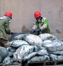 AVFALLSHÅNDTERING: Ved å bruke avfall som brensel i sementindustrien, får man både behandlet industriavfall og erstattet noe av det forurensende kullet. Foto: Karstensen, SINTEF Byggforsk