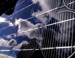 PRISEN PÅ SOLSTRØM  Prisen avhenger av hvor solrikt det er der solcellepanelet er plassert, kvaliteten på solcellene og økonomiske støtteordninger i landet. I et solrikt land kan prisen på solcellestrøm komme ned i én krone per kwh. Et middels stort solcellepanel i Norge kan produsere strøm til rundt 2,50 kroner hvis solforholdene er optimale. Prisen på solcellestrøm er i dag bare to prosent av prisen i 1970, og det forventes at den fortsetter å synke.  Foto: Nina E. Tveter