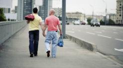to menn leier hverandre på gata