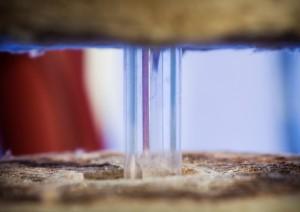 Selve sensoren er bygget i safir-glass, og tåler svært høye temperaturer. Foto: Werner Juvik/SINTEF.