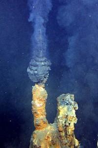 "Denne svarte skorsteinen har fått navnet ""brødre"". Foto: Oceanic and Atmospheric Administration"