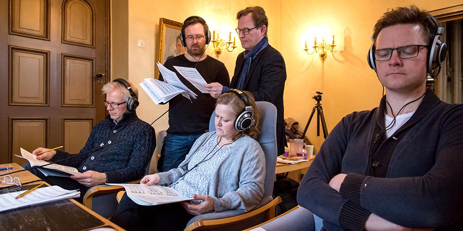 Musikere og komponist lytter på musikken de nettopp har spilt inn. Foto: Morten Lindberg