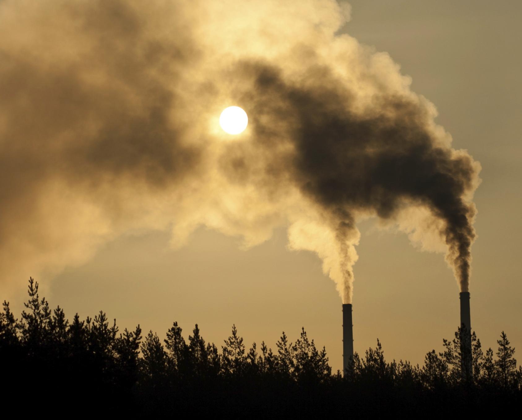 CO2 -gassen som velter ut fra sementfabrikkpiper, og strømmer ut fra eksosrør og forbrenningsanlegg, er årsaken til at vi står overfor vår tids største miljøutfordring. Foto: ThinkStock.