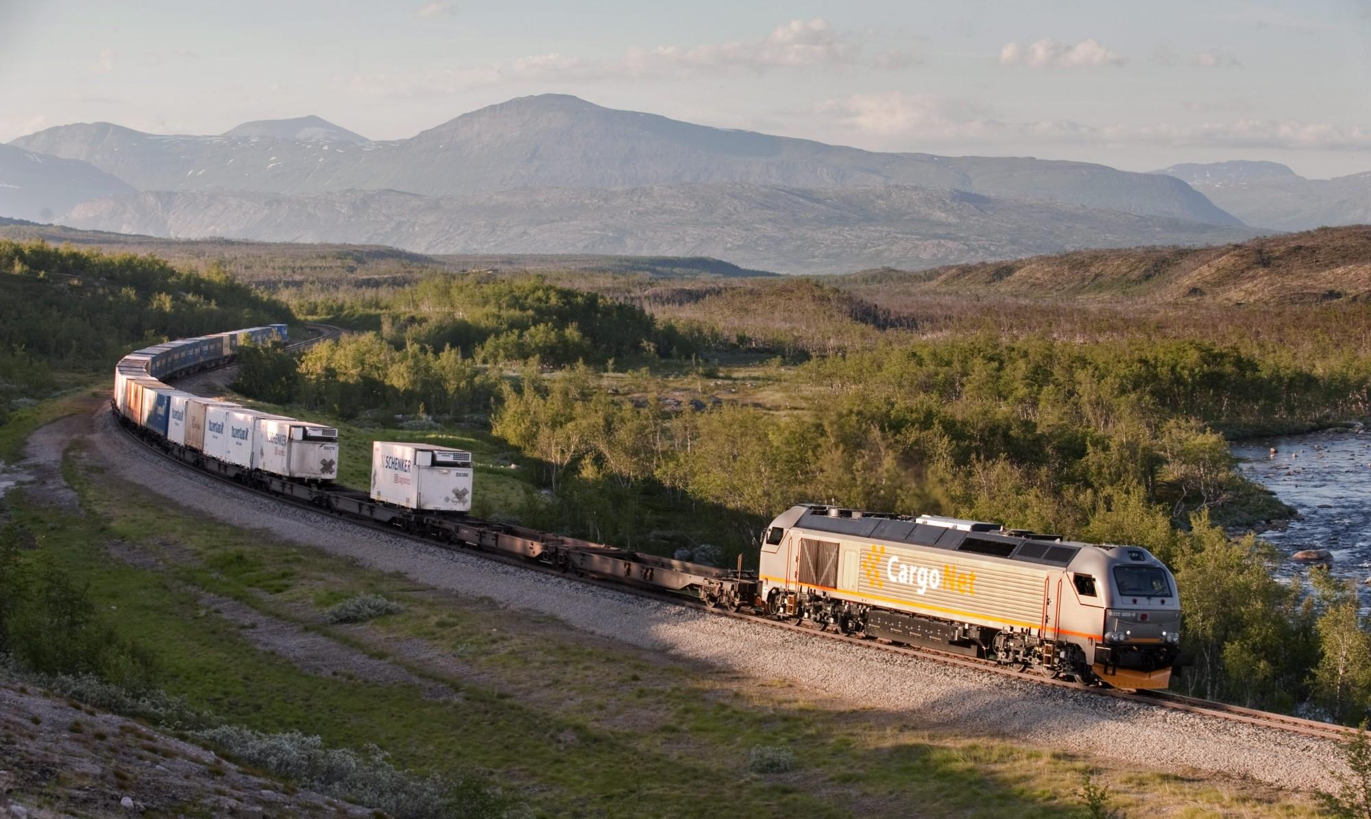 Et dieseldrevet godstog krysser Saltfjellet. I 2025 dras lasten kanskje av et elektrisk lokomotiv som får strøm fra hydrogendrevne brenselceller plassert i vogna bak. Det vil gjøre transporten utslippsfri. Illustrasjonsfoto: Helge Sunde/Samfoto