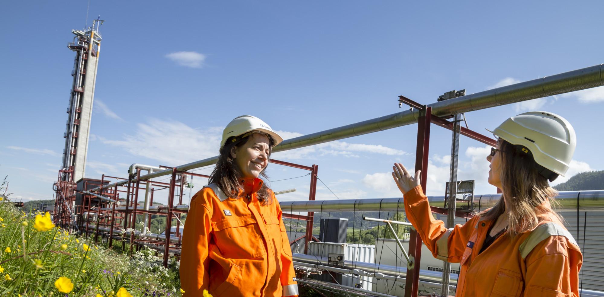 Forsøk i SINTEFs flerfaselaboratorium har gitt ny kunnskap om hvordan naturgass oppfører seg på vei opp fra gassfelt. Sentralt i prosjektet, der Maria Barrio (til v.) og Marita Wolden hadde viktige roller, står målinger som ble gjort i tårnet til venstre på bildet. Foto: Thor Nielsen / SINTEF