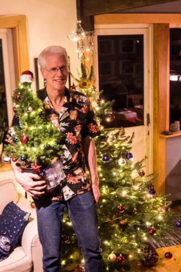 Juletreet er pynta hjemme hos biologen Richard Strimbeck. Foto: Zoe Bazilchuk
