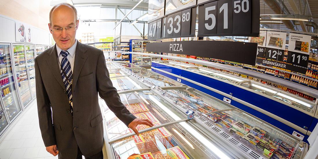 Kortreist spillvarme: I denne Rema-butikken i Trondheim mellomlagres overskuddsvarme fra kjølemaskineriet i vanntanker, og varme herfra leveres tilbake til butikken via ventilasjonssystem og gulvvarme – når dette trengs. Her er forsker og systemdesigner Armin Haftner i SINTEF på åpningsdagen. Foto: Thor Nielsen