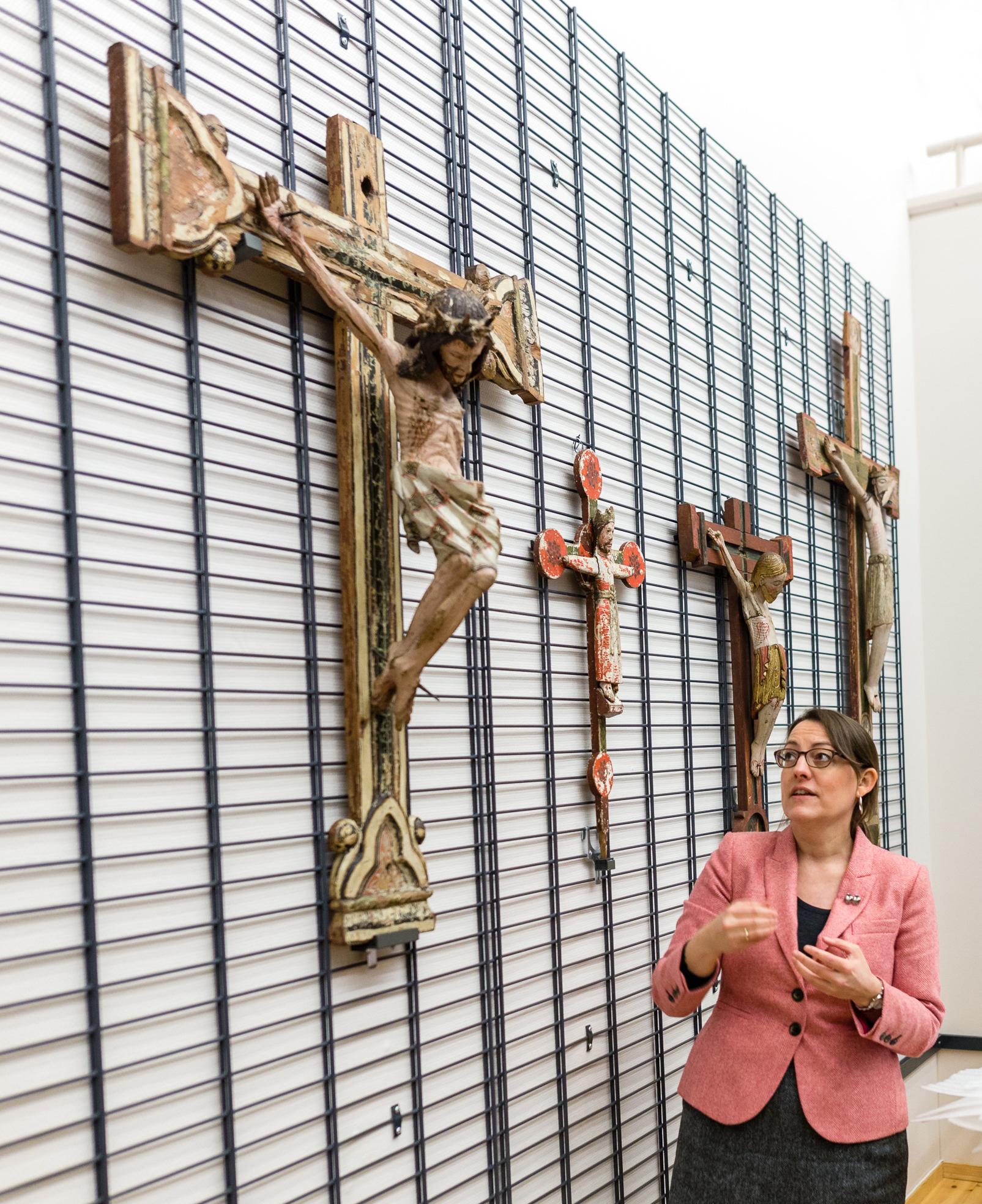 Kunsthistoriker Margrethe C. Stang er glad for at kirkekunstsamlingen nå har kommet fram i lyset. Foto: Julie Gloppe Solem/NTNU