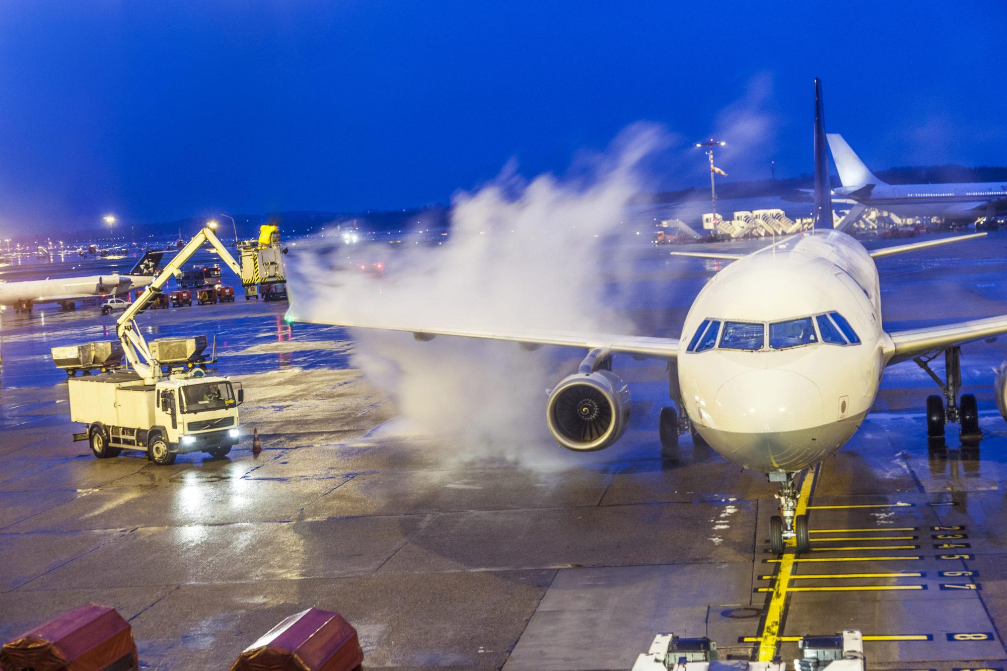 Av-ising av fly forurenser bakken. Nå skal ny filterteknologi testes ut mot problemet på Sola flyplass, etter vellykkede labforsøk. Illustrasjonsfoto: Thinkstock