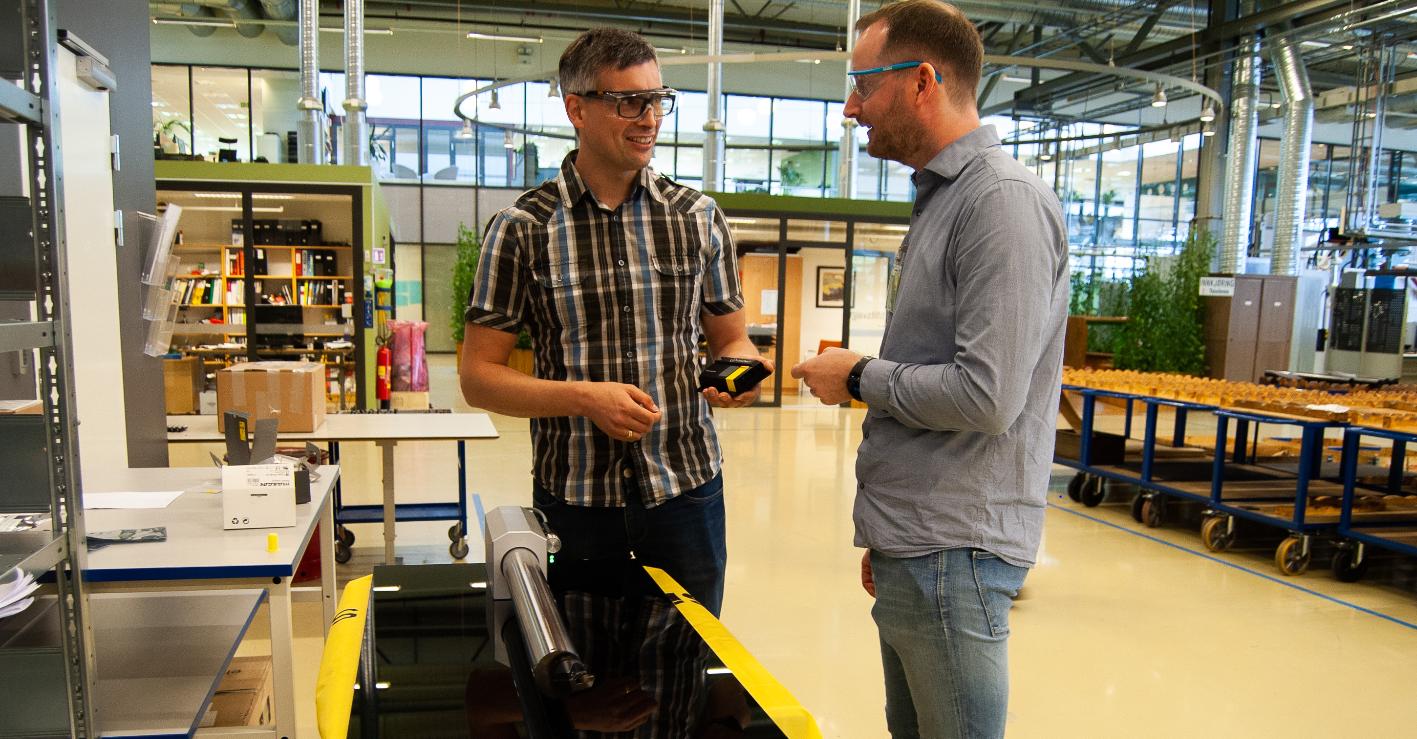 Her viser prosjektleder Tormod Jensen (til venstre) og SINTEF-forsker Terje Mugaas frem et verktøy med den nye teknologien. Foto: Håvard Egge.