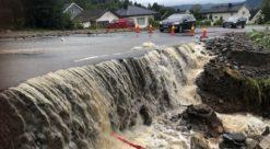 Flomvann renner over asfaltert vei