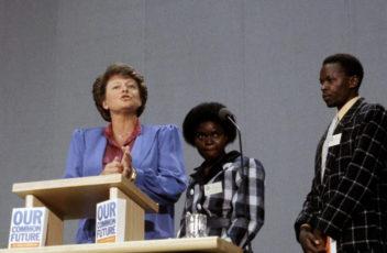 Gro Harlem Brundtland legger frem rapporten fra FN-kommisjonen for miljø og utvikling (Our common future) i 1987. Brundtland-rapporten satte fokus på global bærekraft. Foto: Henrik Laurvik/NTB Scanpix