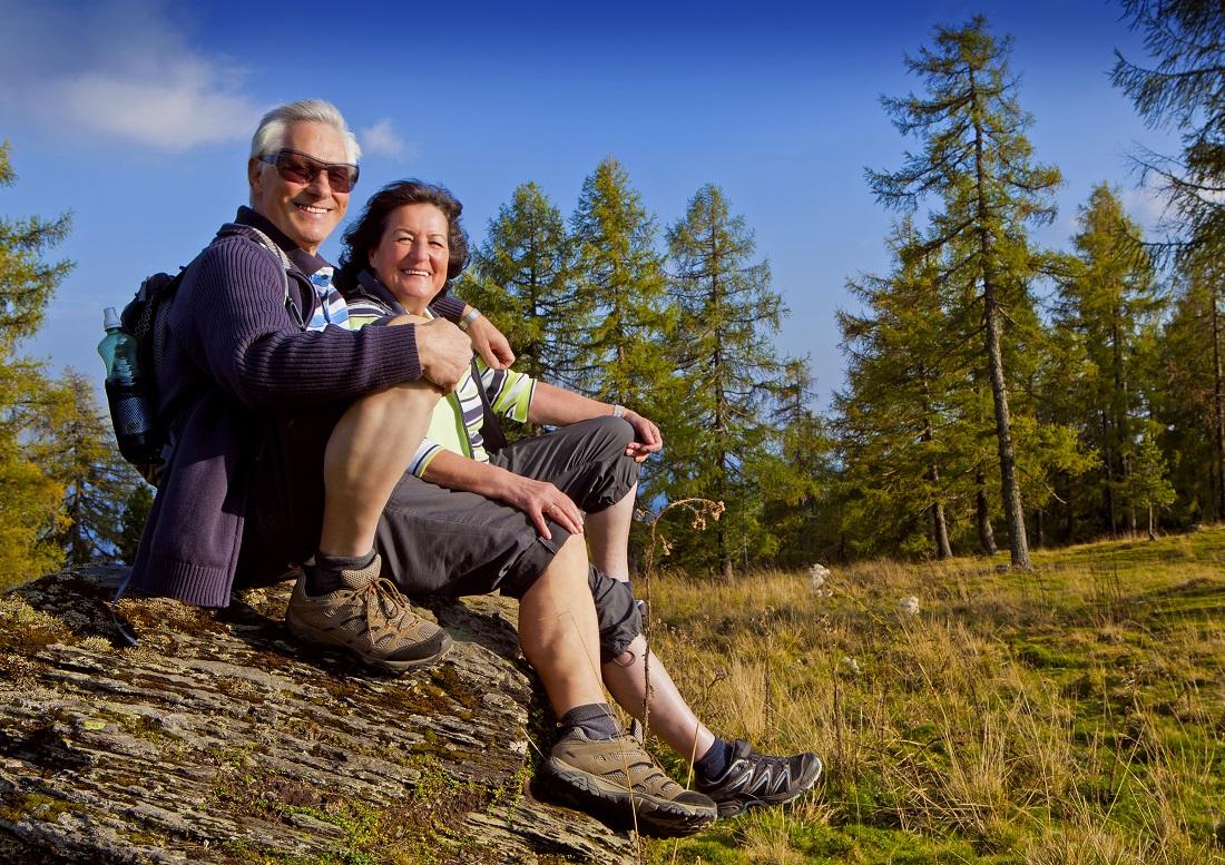 Bildet viser et eldre par i naturen.