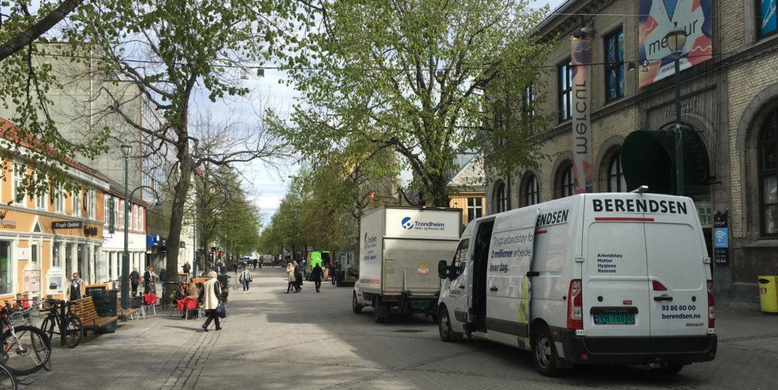 Forskningssamarbeid for bedre bylogistikk : Bildet viser varebiler i Trondheim sentrum