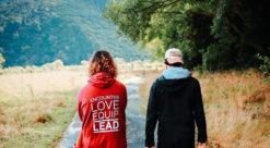 ungdom vandrer på sti