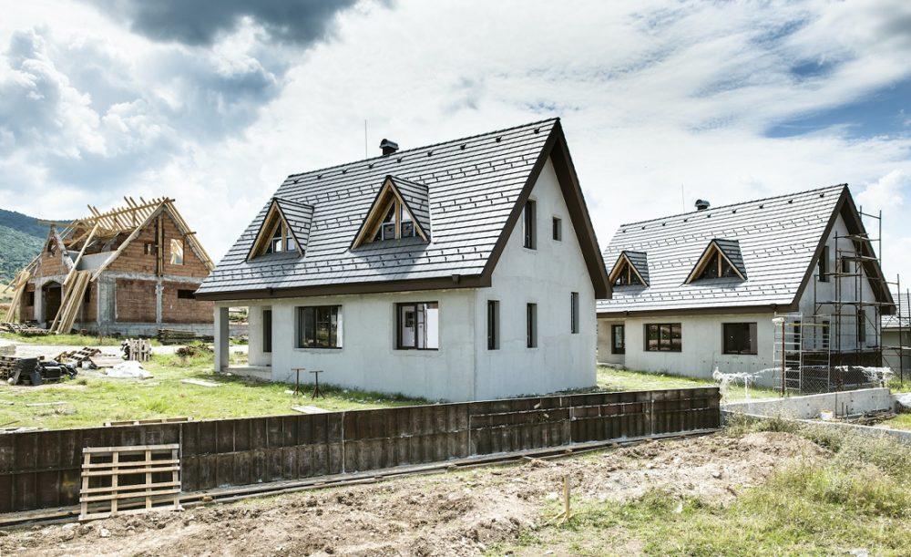 Bildet viser små hus.